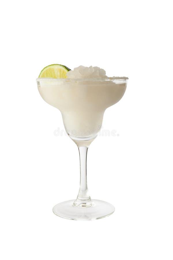 Klassisk margaritacoctail med limefruktskivan och den salta kanten Isolerat på vitbakgrund med den snabba banan arkivbilder