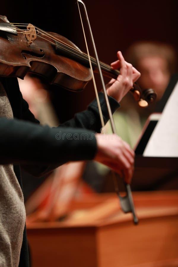 klassisk musik Violinister i konsert Stringed violinistCloseup av musikern som spelar fiolen under en symfoni arkivfoto