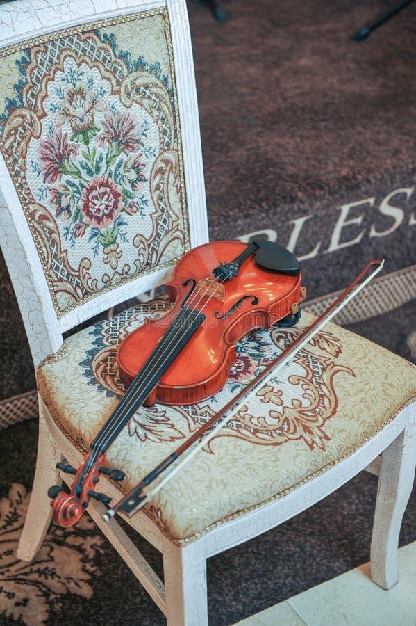 Klassisk musikfioltappning, slut upp Fiol på stol royaltyfria foton