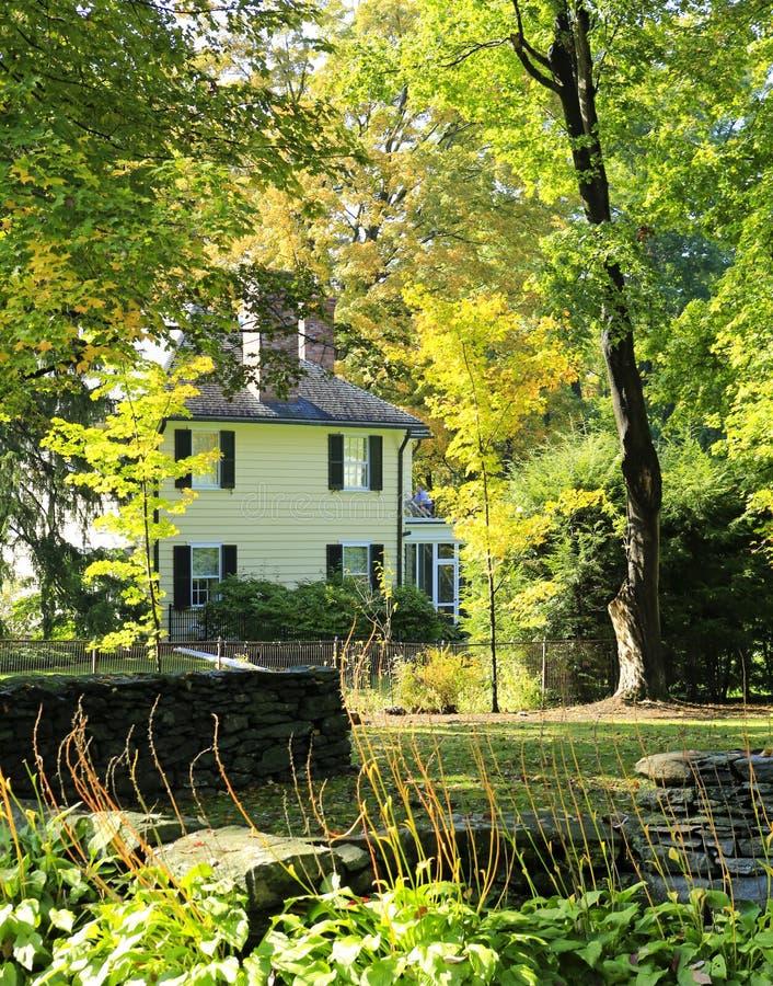 Download Klassisk New England Amerikansk Husyttersida. Fotografering för Bildbyråer - Bild av liggande, orange: 27280995