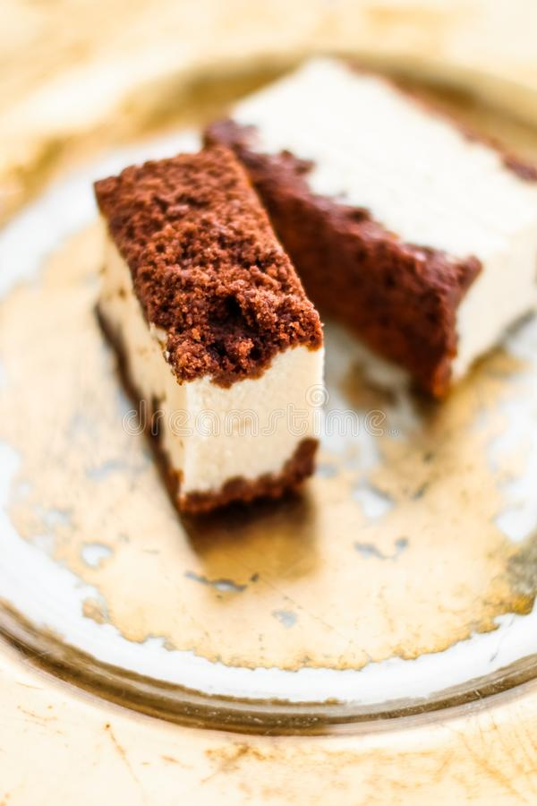 Klassisk ostkaka med choklad p? en guld- platta, europeisk kokkonstefterr?tt royaltyfri fotografi