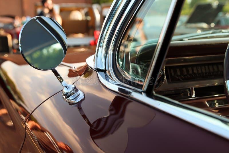Klassisk retro tappningsvartbil Bilspegel Bilen är äldre än 1985 arkivfoton