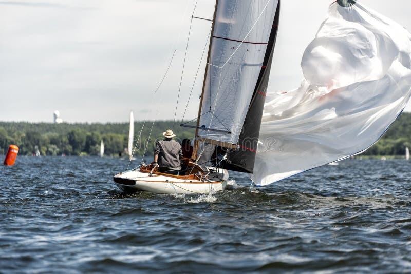 Klassisk seglingyacht med spinnaker på en sjö i en regatta fotografering för bildbyråer