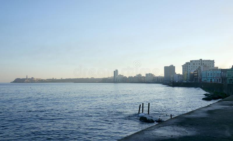 Klassisk sikt över Malecon det beachfront området av havannacigarren, Kuba, på solnedgången arkivbilder