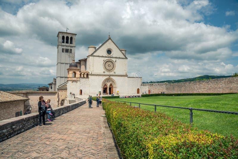 Klassisk sikt av den berömda basilikan av St Francis av Assisi i härlig vårdag royaltyfri fotografi