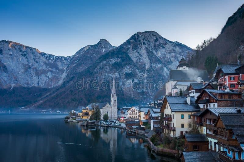 Klassisk sikt av den Hallstatt byn, Österrike royaltyfri bild
