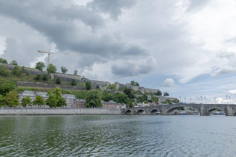 Klassisk sikt av den historiska staden av Namur med den berömda gamla scenisk flod Meuse i sommar, landskap för bro korsningen av fotografering för bildbyråer