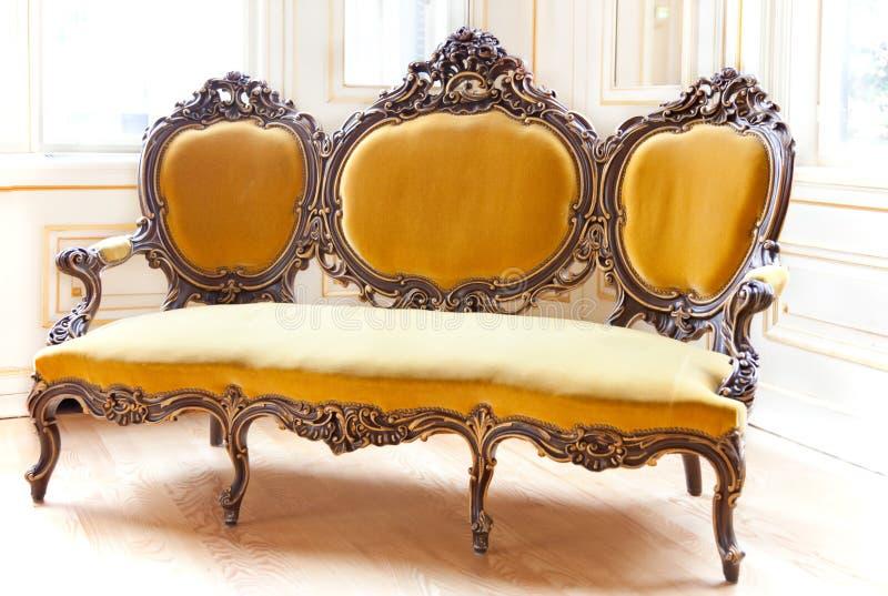 klassisk sofa fotografering för bildbyråer