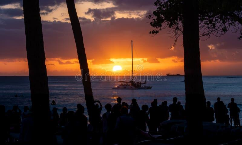 Klassisk solnedgång i den Waikiki stranden, Oahu, Hawaii med segelbåten arkivfoto