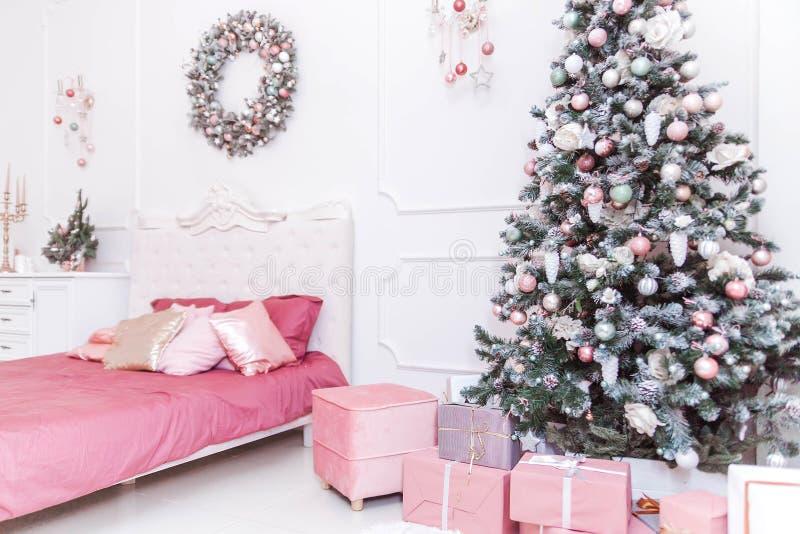Klassisk sovruminre i nytt års stil julg?vatree under royaltyfria bilder