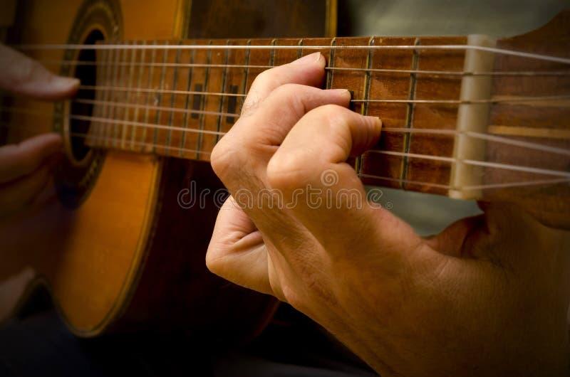 Klassisk spansk gitarr som lekas arkivfoton