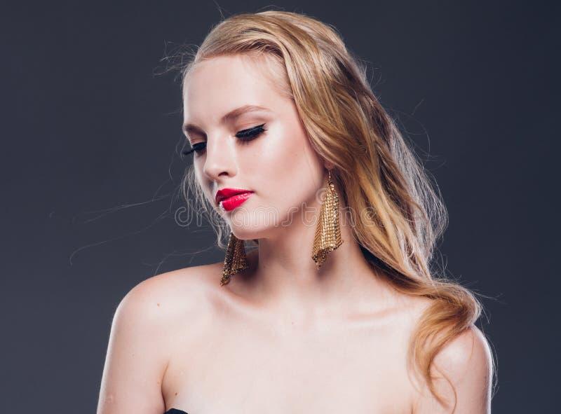 Klassisk stil för härlig kvinna för blont hår med röda kanter och år arkivbild