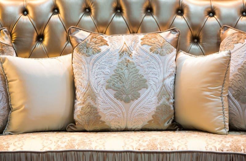 Klassisk stilkuddar och soffa royaltyfri fotografi