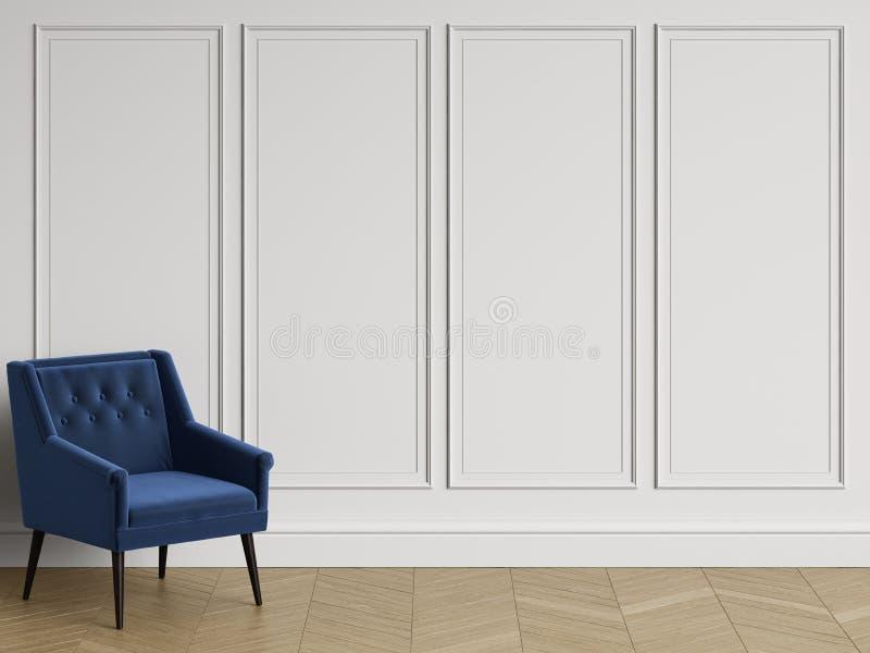 Klassisk stol i klassisk inre med kopieringsutrymme Vita väggar med stöpningar royaltyfria bilder