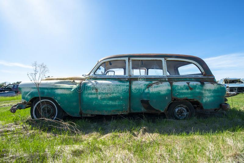 Klassisk tappningvagn, skrotbil arkivbilder