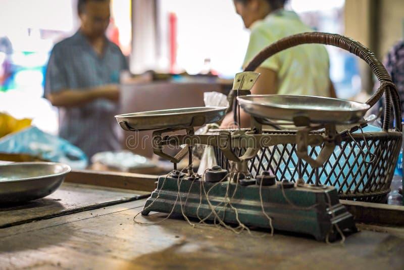 Klassisk tappningviktskala för mått som den medicinska thailändska heaben i original- medicinsk thailändsk ört shoppar i Bangkok  royaltyfri bild