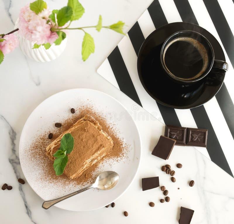 Klassisk tiramisu, traditionell italiensk efterrätt och kopp kaffe royaltyfri foto