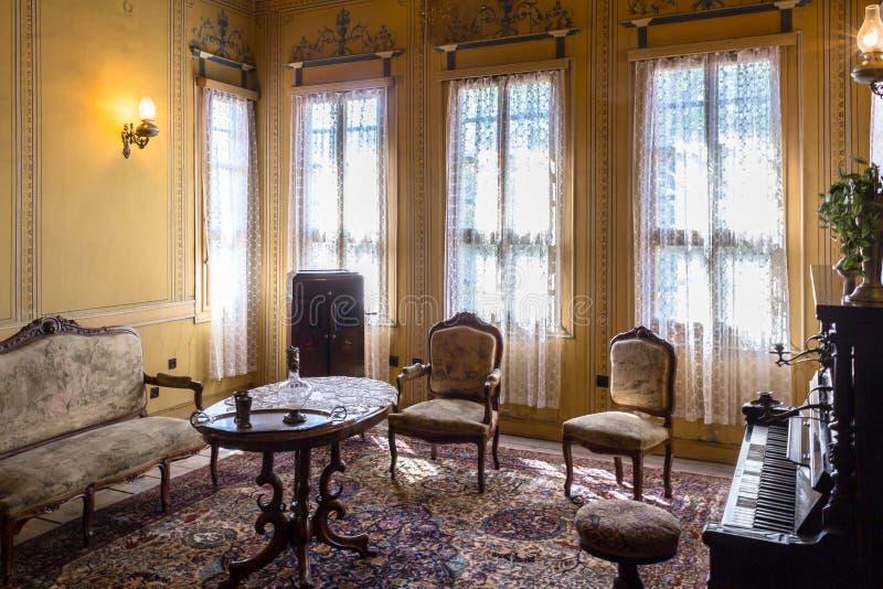 Klassisk vardagsrum med ett piano arkivbild