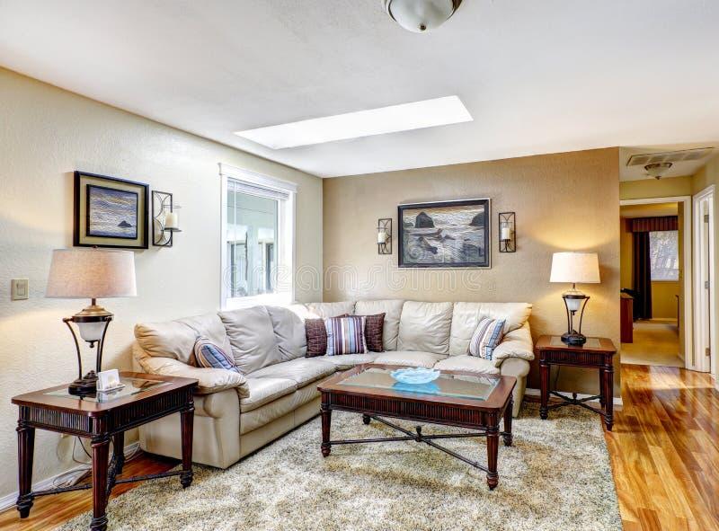 Klassisk vardagsrum med lädersoffan och kaffetabellen arkivbild