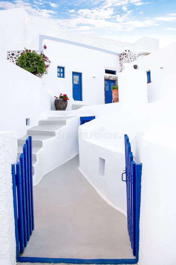 Klassisk vit grekisk arkitektur med blåa dörrar och slutare, Santorini, Grekland, Aegean hav, Europa Loppbegrepp, detaljer av arkivbilder
