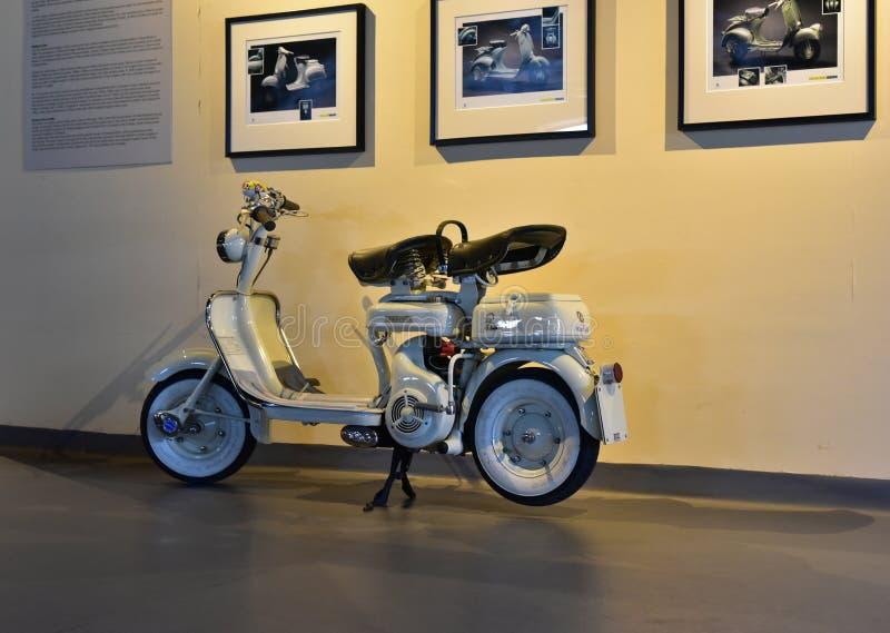 Klassisk vit lambrettasparkcykel för tappning royaltyfri foto