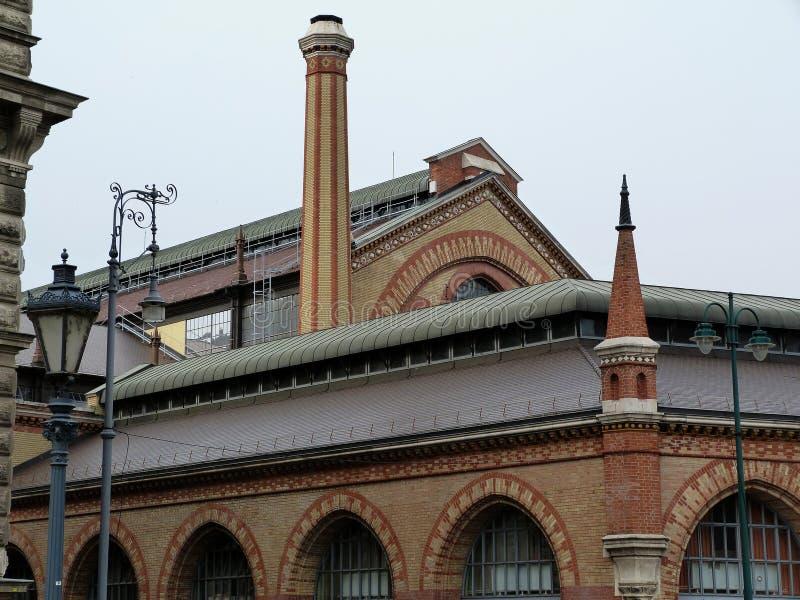 Klassisk yttre detalj för tegelstenbyggnad i Budapest royaltyfri fotografi