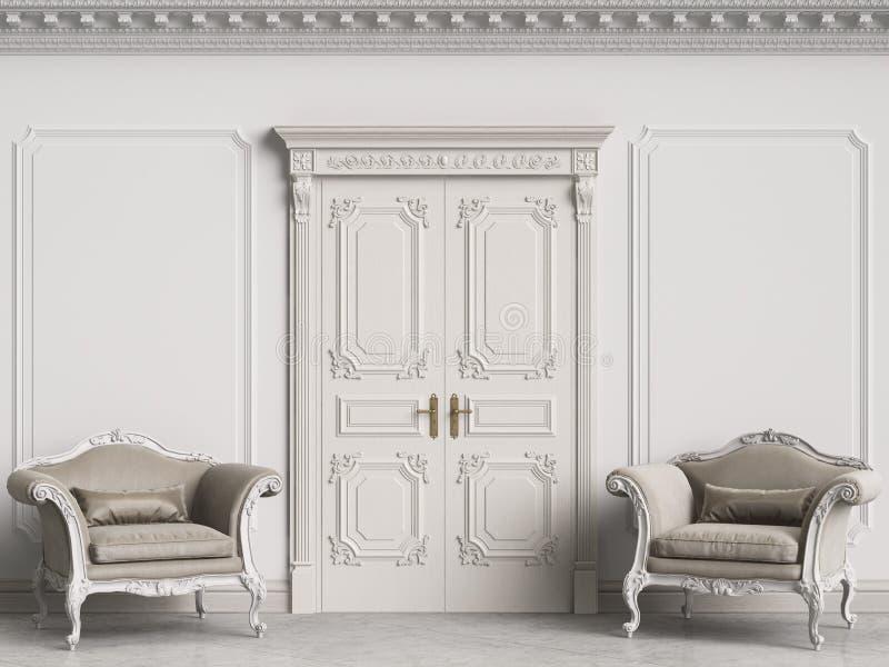 Klassiska barocka fåtöljer i klassisk inre Väggar med stöpningar och den dekorerade kornischen royaltyfria bilder
