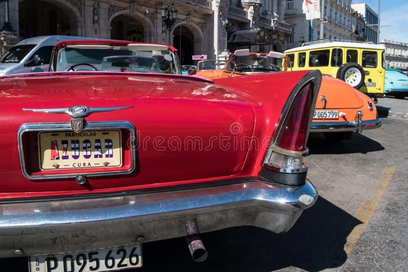 Klassiska bilar för färgrik tappning framme av den storslagna teaterhavannacigarren, Kuba royaltyfri fotografi