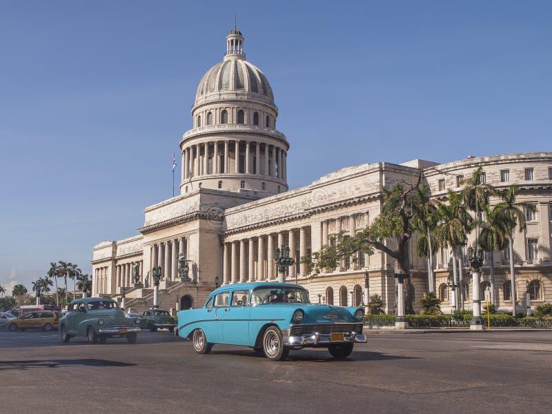 Klassiska bilar framme av capitolen i den tusentals Havana cuba royaltyfri foto