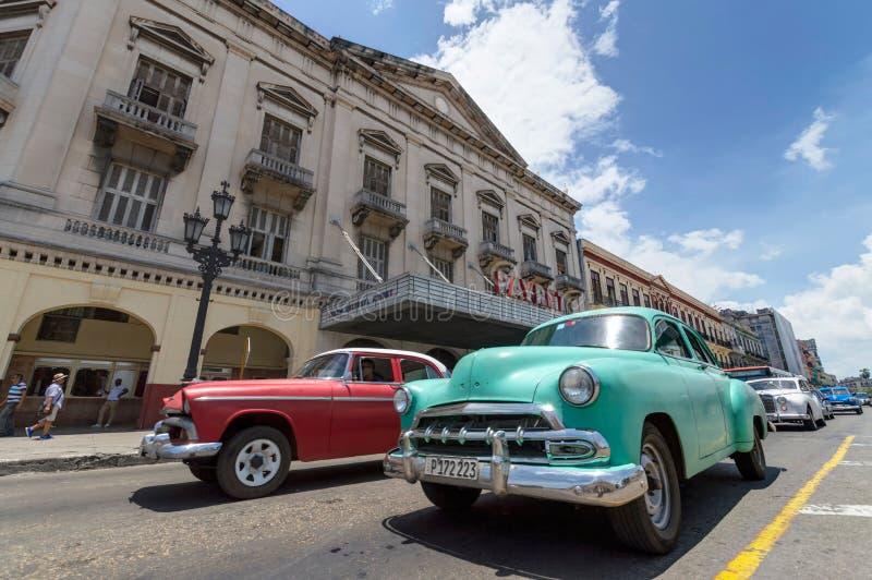 Klassiska bilar i Kuba arkivbilder
