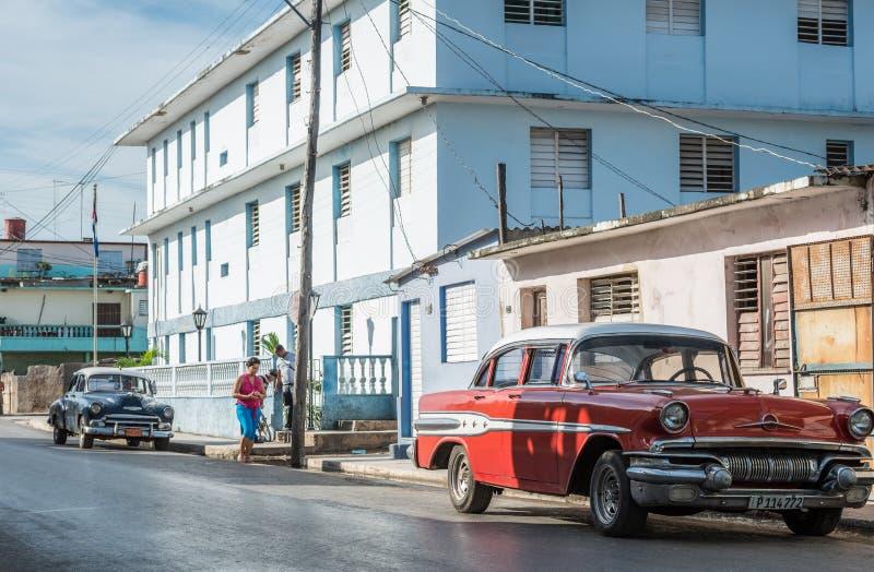 Klassiska bilar med byggnader i Santa Clara Cuba royaltyfria bilder