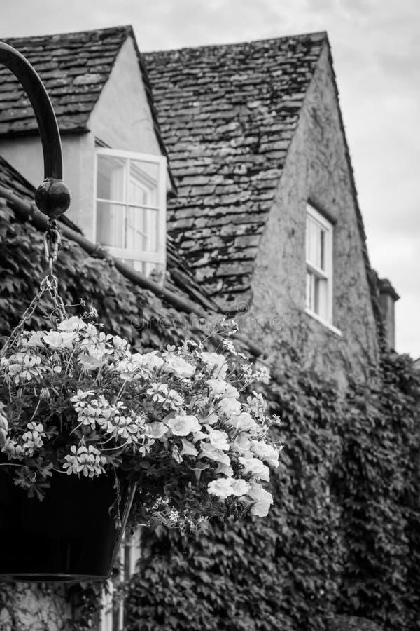 Klassiska britthus med blomkrukan arkivfoto