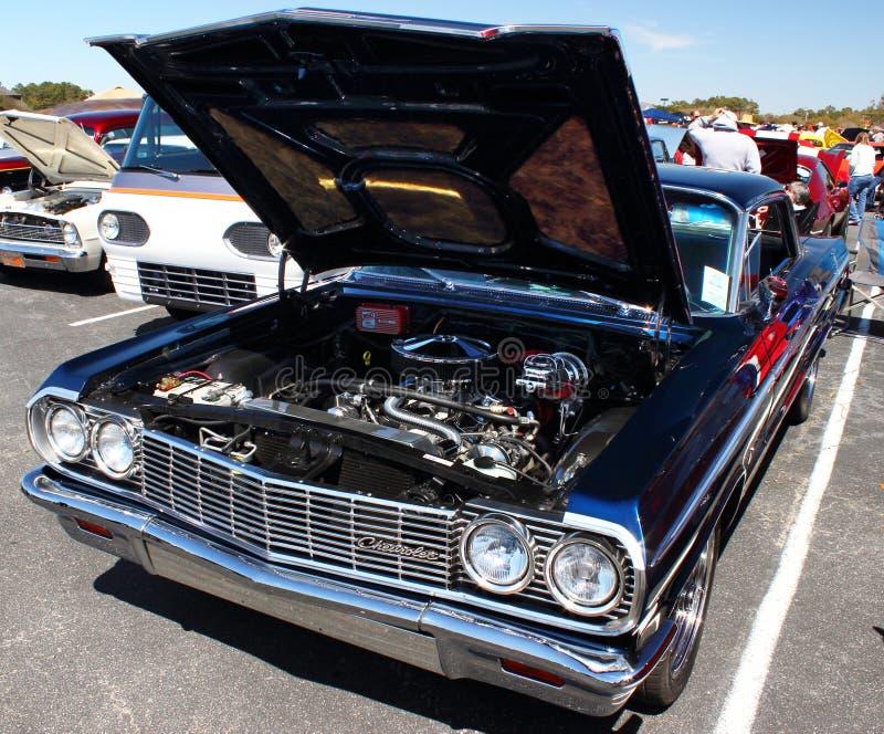 Klassiska Chevy Impala (huven upp) royaltyfri foto