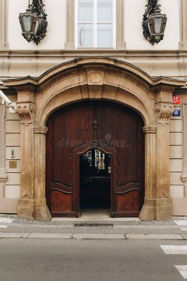 Klassiska europeiska dörrar av huset med lantlig garnering royaltyfri fotografi