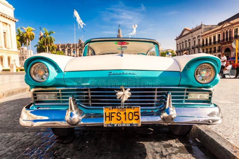 Klassiska Ford Fairlane i Havana royaltyfri foto