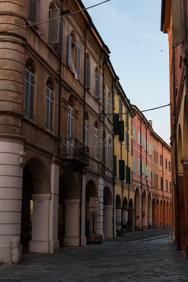 Klassiska gamla byggnader i en gata av en stad i Italien arkivbilder