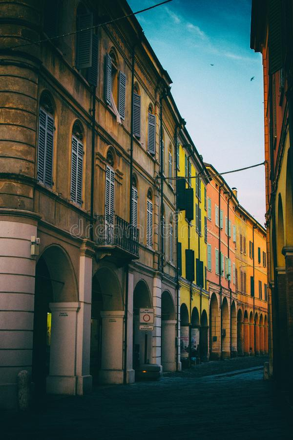 Klassiska gamla byggnader i en gata av en stad i norr Italien arkivfoto
