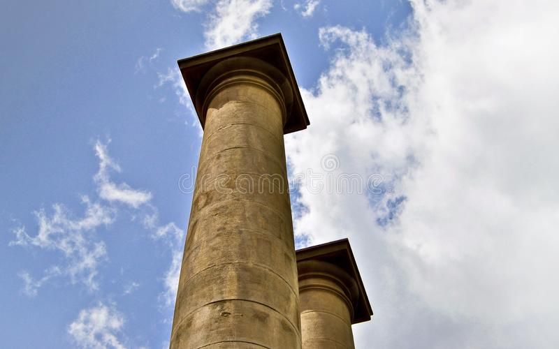 Klassiska kolonner under blå himmel i Barcelona Spanien royaltyfria foton