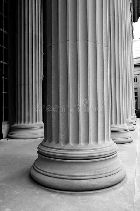 klassiska kolonner w för b royaltyfria bilder