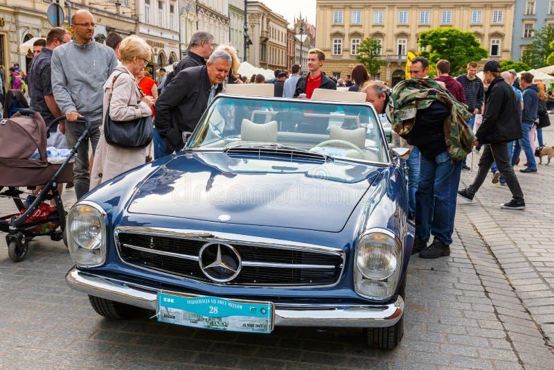 Klassiska Mercedes på samla av tappningbilar i Krakow, Polen royaltyfri bild