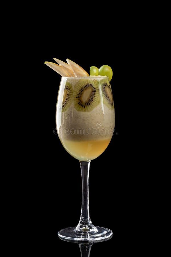 Klassiska nya fruktsafter från frukter och grönsaker på en svart bakgrund i exponeringsglaskoppar, coctailar Drinkar med nedersta fotografering för bildbyråer