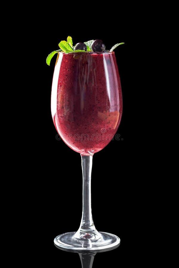 Klassiska nya fruktsafter från frukter och grönsaker på en svart bakgrund i exponeringsglaskoppar, coctailar Drinkar med nedersta royaltyfria bilder