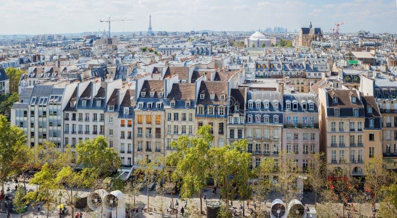 Klassiska parisiska byggnader Antennen beskådar av taklägger panorama royaltyfria foton
