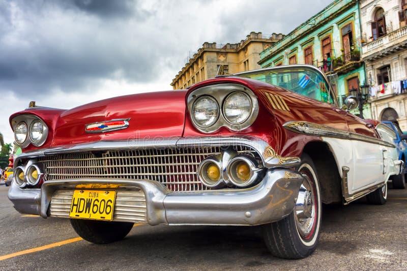 Klassiska röda Chevrolet i Havana fotografering för bildbyråer