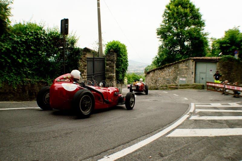Klassiska racerbilar på Bergamo den historiska granda prixen 2015 royaltyfri bild