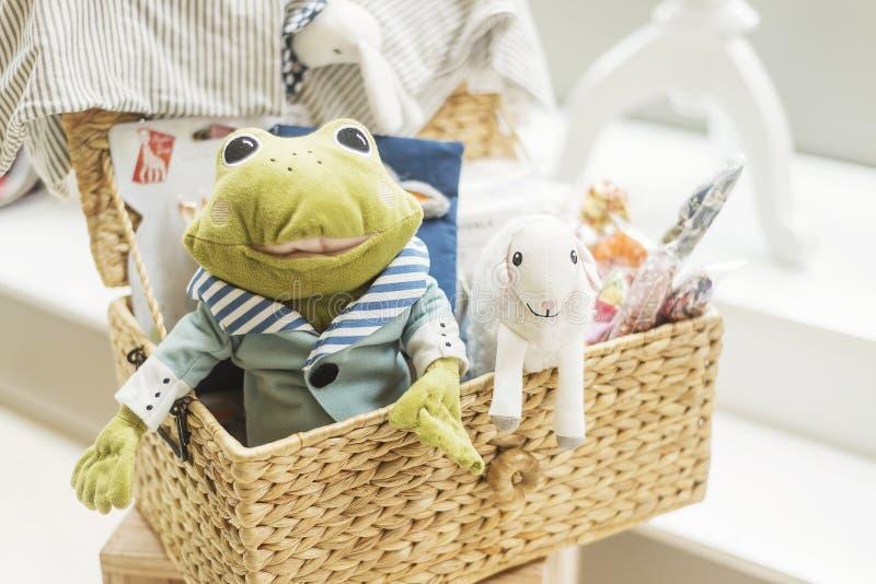 Klassiska retro leksaker i ungebarn shoppar arkivbilder