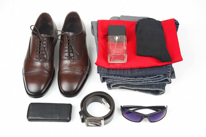 Klassiska skor för man` s, bälte, exponeringsglas, eau de toilette, kläder och arkivfoton