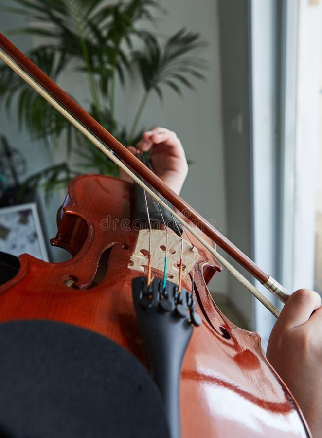 Klassiska spelareh?nder Detaljer av att spela f?r fiol arkivfoto