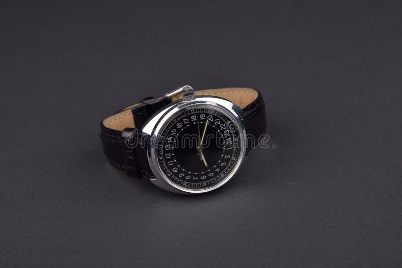 Download Klassiskt Armbandsur För Man På Svart Bakgrund Tid Arkivfoto - Bild av mode, kopia: 78727128