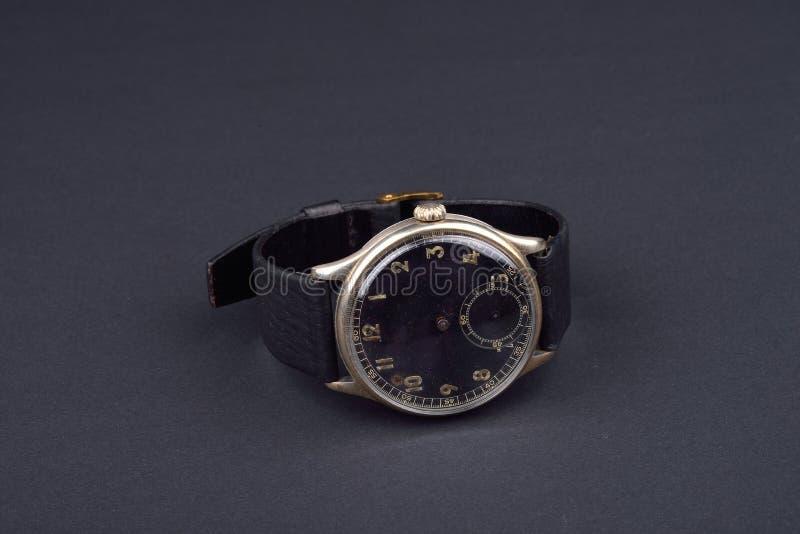 Download Klassiskt Armbandsur För Man På Svart Bakgrund Tid Arkivfoto - Bild av timme, antikviteten: 78727148